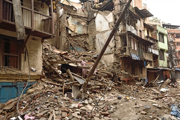 Stark beschädigte stadt nach einem großen erdbeben Premium Fotos