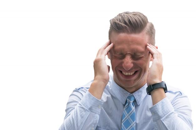Starke kopfschmerzen, starke kopfschmerzen, kaukasischer mann, der unter dem schmerzlichen kopf lokalisiert auf weißem hintergrund leidet. Premium Fotos