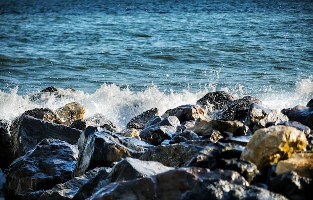 Starke meereswellen schlagen auf den felsen. Premium Fotos