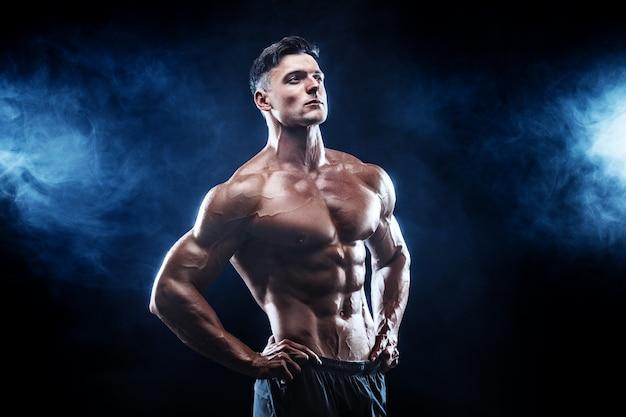 Starker bodybuildermann mit den perfekten muskeln Premium Fotos