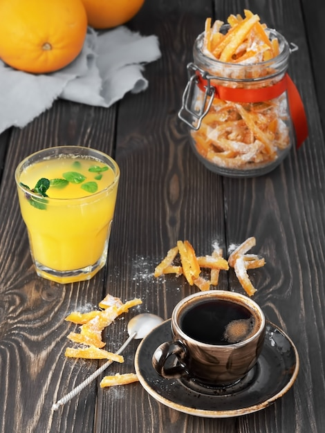 Starker espresso, frisch gepresster orangensaft mit minzblättern und hausgemachten kandierten früchten im glas Premium Fotos