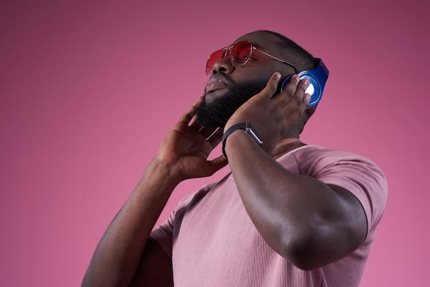 Starker mann drückt das headset näher an den kopf. Premium Fotos