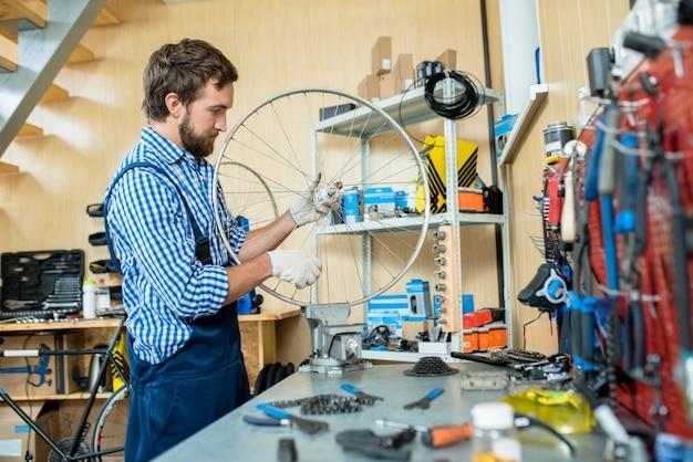 Starker mechaniker eingewickelt in der arbeit Kostenlose Fotos