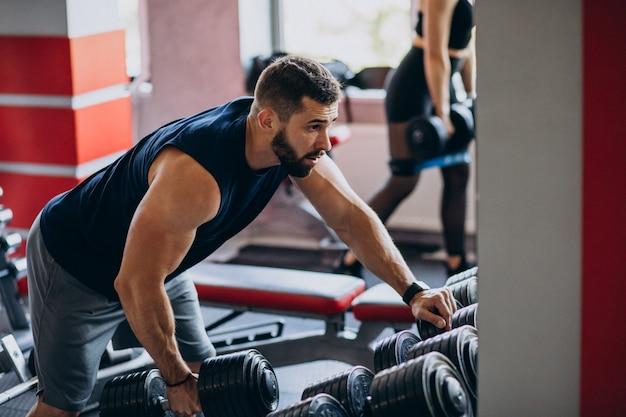 Starkes manntraining im fitnessstudio Kostenlose Fotos