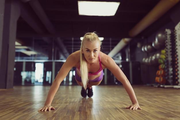 Starkes und schönes athletisches frauentraining in der turnhalle Kostenlose Fotos