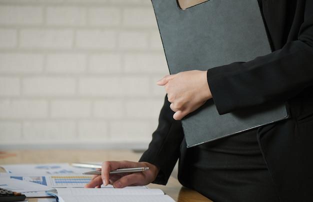 Starten sie geschäftskonzepte, halten manager der neuen generation dateien bereit und überprüfen sie arbeitsdaten anhand von diagrammen. Premium Fotos