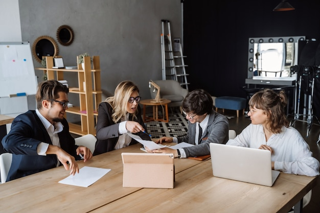Startup diversity teamwork brainstorming meeting-konzept. personalplanung. Kostenlose Fotos