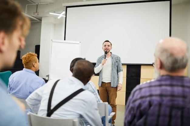 Startup-unternehmer präsentiert sein projekt auf einer konferenz Premium Fotos