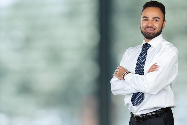 Stattlicher freundlicher afroamerikanerexekutivgeschäftsmann Premium Fotos