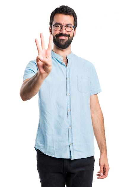 Stattlicher mann zählt drei | Kostenlose Foto