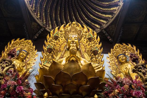 Statue des buddhistischen gottes im alten longhua-tempel. china, shanghai. Premium Fotos