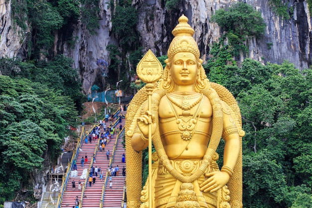 Statue und eingang der batu-höhlen in kuala lumpur, malaysia Premium Fotos