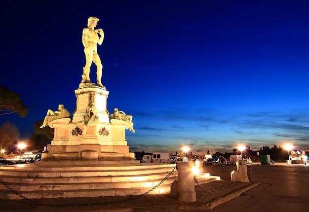 Statue von david, gelegen in michelangelo park florenz, italien Premium Fotos