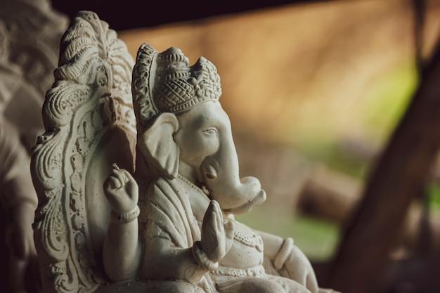 Statue von lord ganesha hergestellt aus gips ohne farbe Premium Fotos