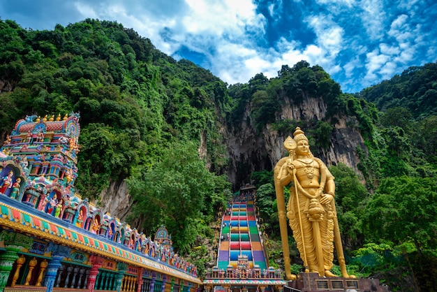 Statue von lord muragan und eingang bei batu caves in kuala lumpur, malaysia. Premium Fotos