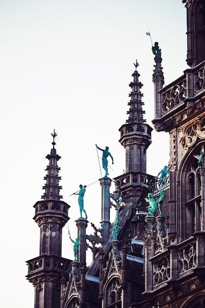 Statuen auf dem brüsseler rathaus Premium Fotos