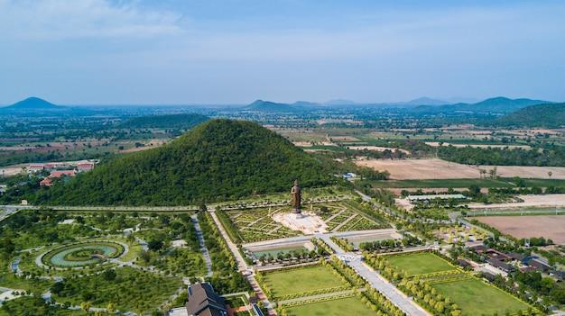 Statuen von buddha bei wat thipsukhontharam, provinz kanchanaburi, thailand Premium Fotos