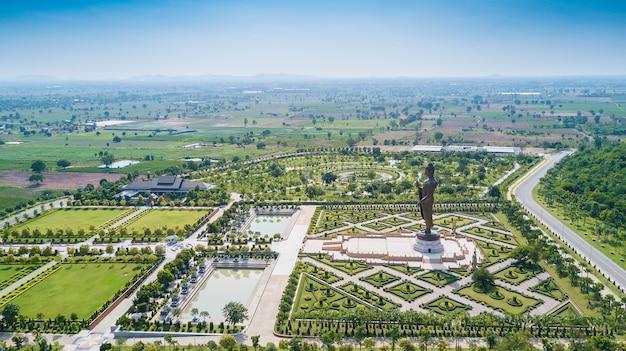 Statuen von buddha im wat thipsukhontharam Premium Fotos