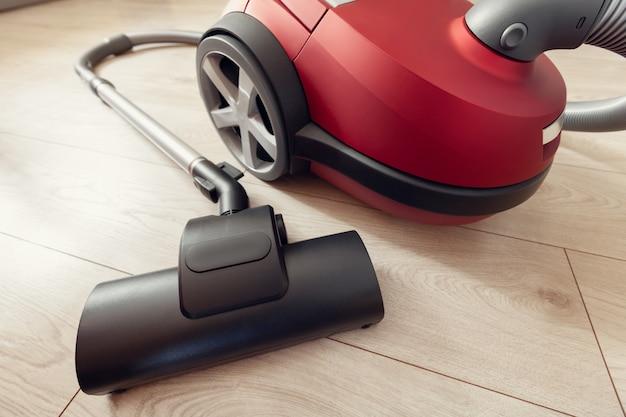 Staubsauger mit turbobürste auf einem laminat Premium Fotos