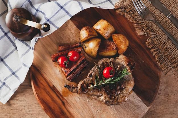 Steak auf einem hölzernen schneidebrett Premium Fotos