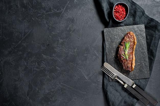 Steak aus marmoriertem rindfleisch schwarz angus braten hinten. copyspace Premium Fotos