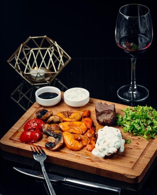 Steak mit gegrilltem gemüse Kostenlose Fotos