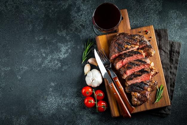 Steak ribeye, gegrillt mit pfeffer und knoblauch. Premium Fotos