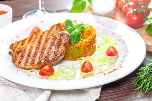 Steaks mit kuskusgrütze Premium Fotos