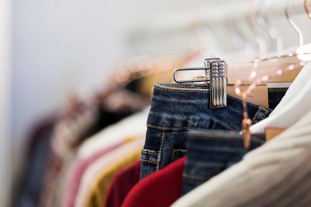 Stehe mit kleiderbügeln im laden Kostenlose Fotos