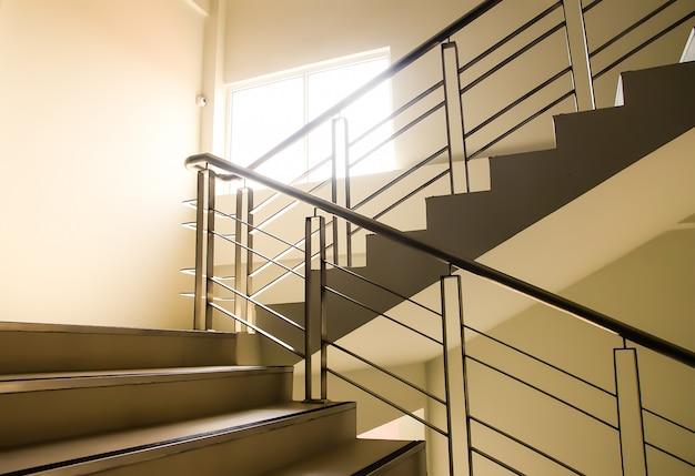 Steig die bürotreppe hinauf, schöne formen. Premium Fotos
