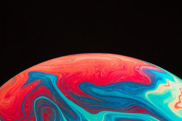 Steigung geplätscherte mehrfarbige seifenblase auf schwarzem hintergrund Kostenlose Fotos