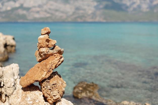 Steine auf unscharfem seehintergrund Kostenlose Fotos
