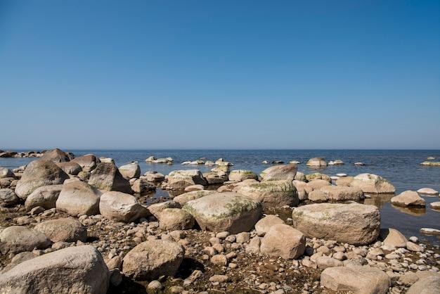 Steine balancieren am strand. platz an lettischen küsten namens veczemju klintis Premium Fotos