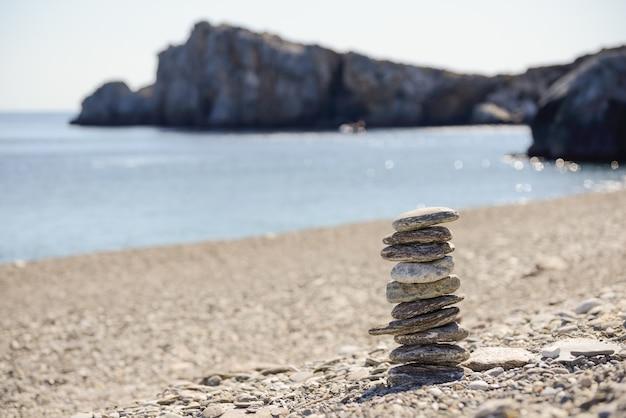 Steine im gleichgewicht der nähe des meeres Kostenlose Fotos