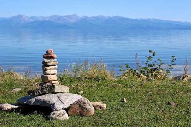 Steine in form einer großen schildkröte gestapelt. Premium Fotos