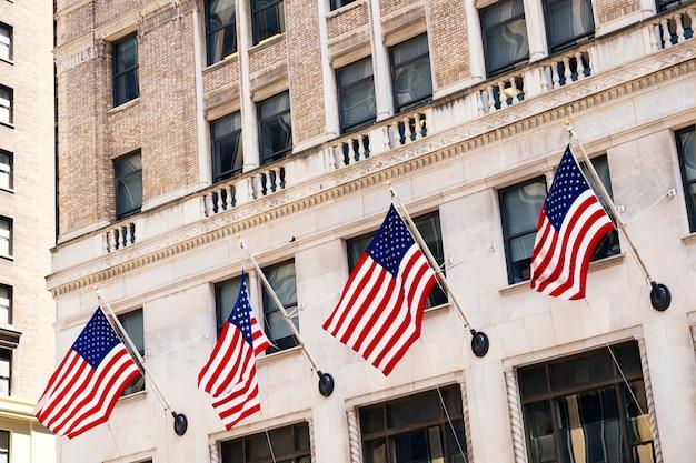 Steingebäudefassade verziert mit amerikanischen flaggen Kostenlose Fotos