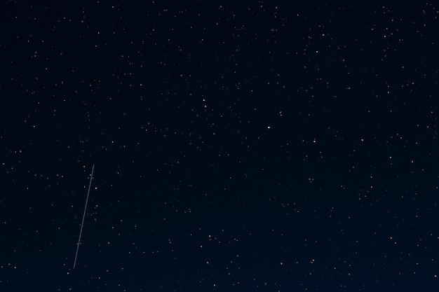 Sternenklarer dunkler nachthimmel mit sternen Premium Fotos