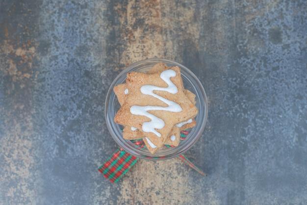 Sternförmige lebkuchen auf glas verziert mit band. hochwertiges foto Kostenlose Fotos