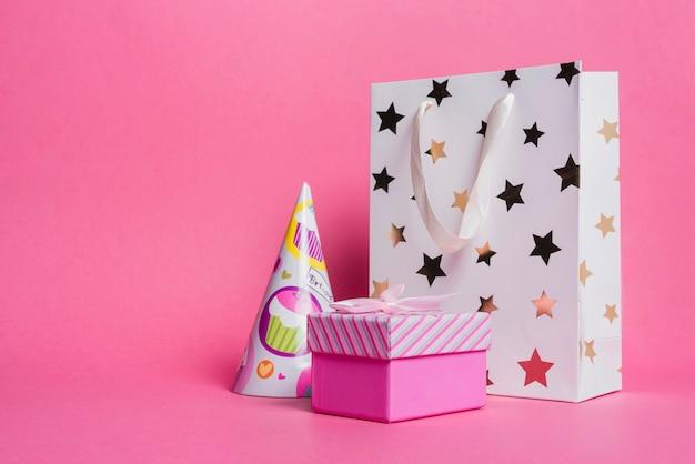 Sternform einkaufstasche; papierhut und geschenkbox auf rosa hintergrund Kostenlose Fotos