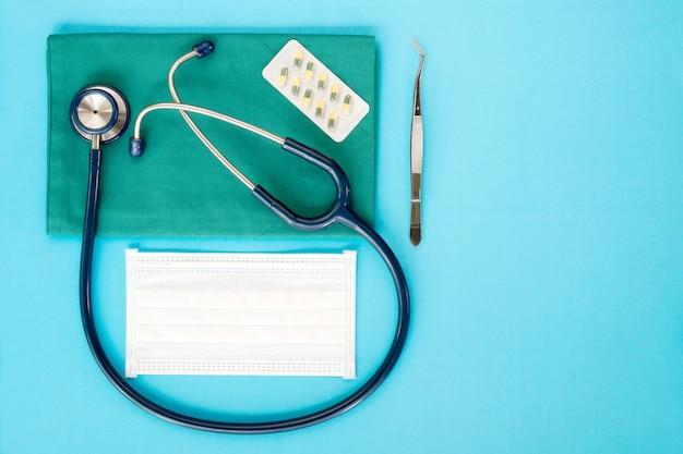 Stethoskop auf dem blauen hintergrund Premium Fotos