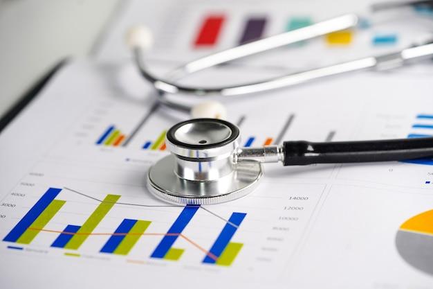 Stethoskop auf diagramm- oder millimeterpapier Premium Fotos