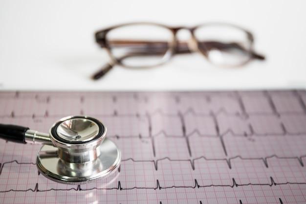 Stethoskop auf kardiogramm mit brillen Kostenlose Fotos