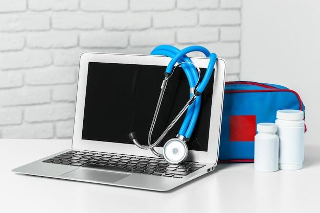 Stethoskop auf moderner laptop-computer. gesundheitswesen-konzept Premium Fotos
