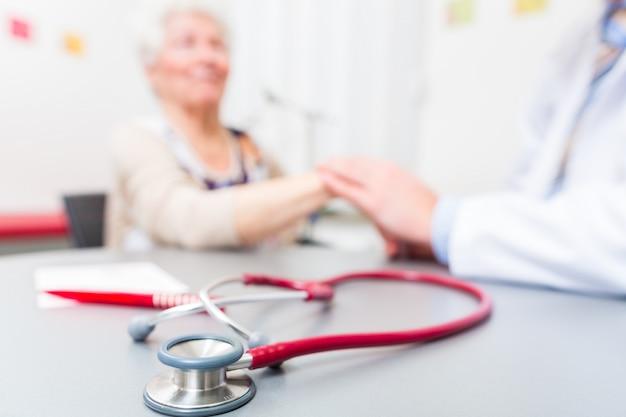 Stethoskop auf schreibtisch des doktors Premium Fotos