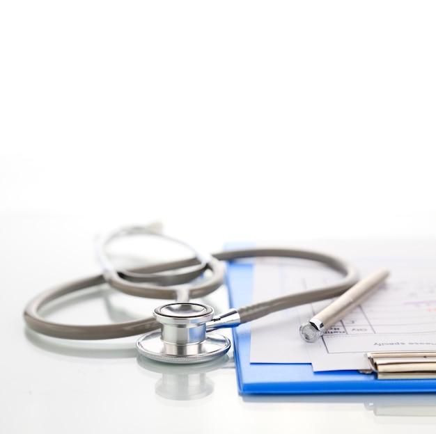 Stethoskop mit blauem medizinischem klemmbrett Premium Fotos