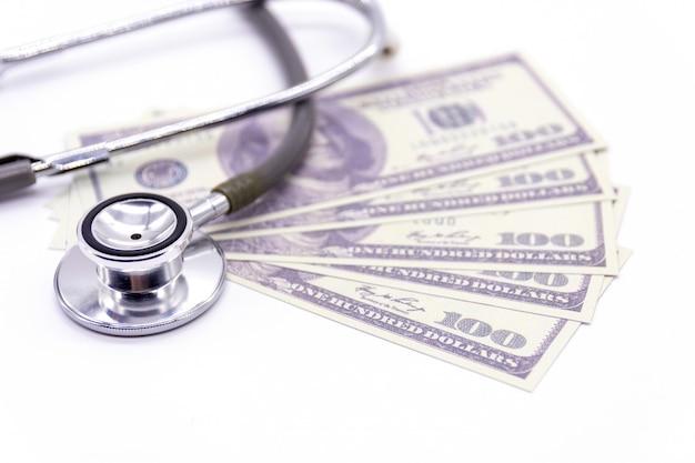 Stethoskop mit dollarbank- und medizinkapseln Premium Fotos