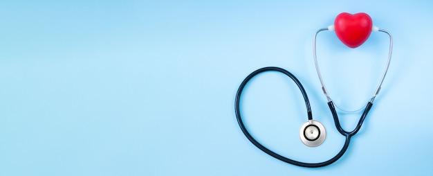 Stethoskop mit rotem herzen auf doktortisch Premium Fotos