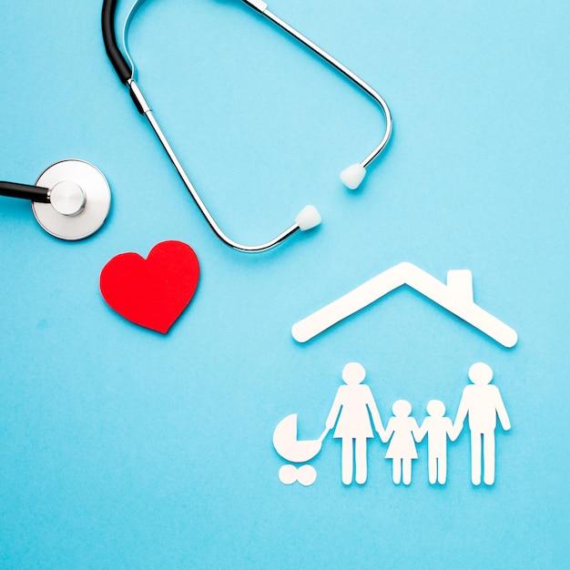 Stethoskop und herz mit papierschnittfamilie Kostenlose Fotos