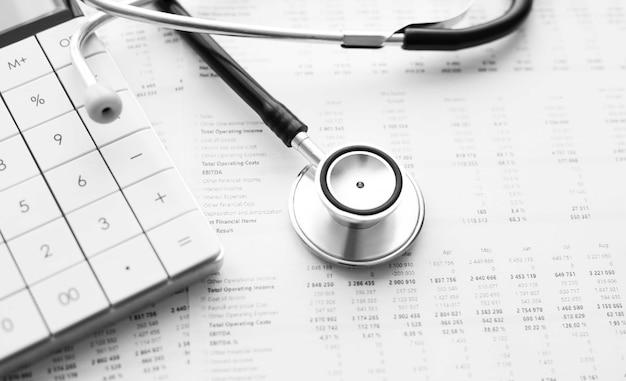 Stethoskop und taschenrechner. konzept der gesundheitskosten oder der krankenversicherung Premium Fotos