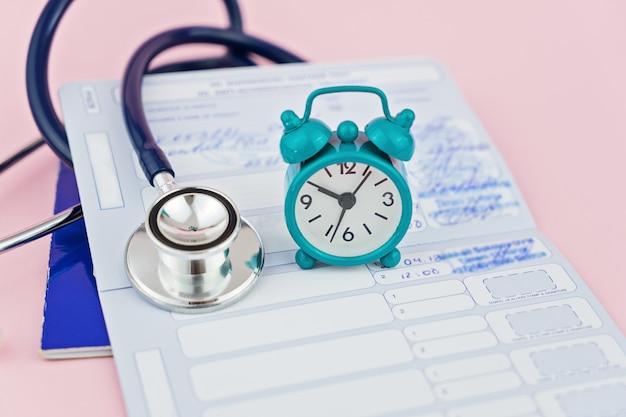 Stethoskop, wecker und tierpass Premium Fotos